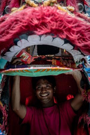 ジャカルタのグロドック地区で獅子舞を踊っていた男