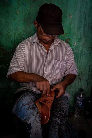 グロドックの路地にいた靴の修理屋