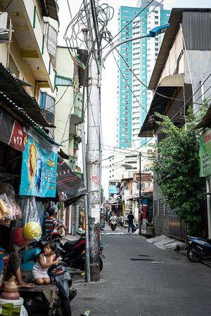 住宅街の道の先にそびえる高層ビル