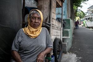 ジャカルタの道端でくつろいでいた老婆