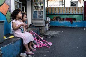 ジャカルタの路地でおしゃべりしていた女の子