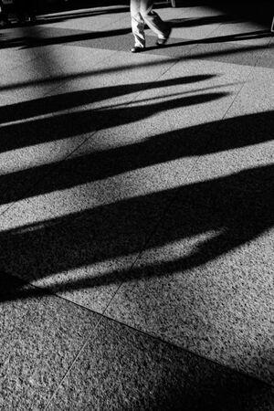 影の合間の脚