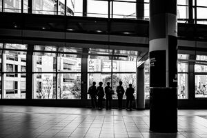 渋谷の連絡通路に立ち止まる男子高校生