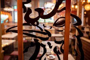 ガラス戸に描かれた鶏のイラスト