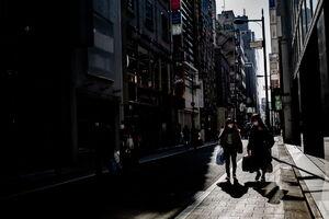 西五番街通りを歩く人びと