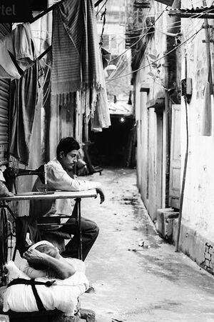 路地にいた沈鬱な男たち