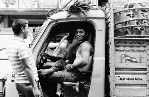 トラックの中で煙草を吸う男