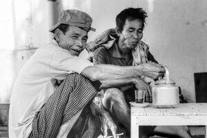 茶を飲む男たち