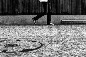 壁際を歩く若い女性の脚