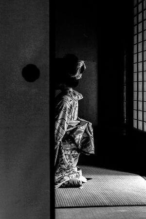 着物を纏った人影