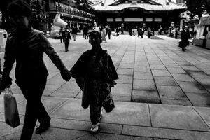 神田明神を歩く着物の女の子