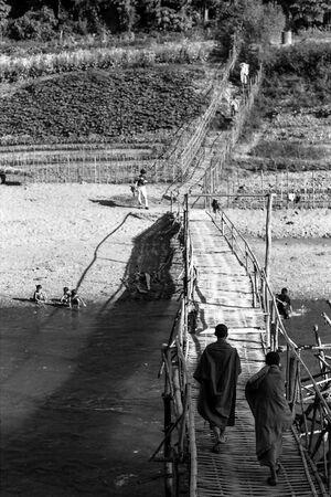 竹の橋を渡る二人の僧侶