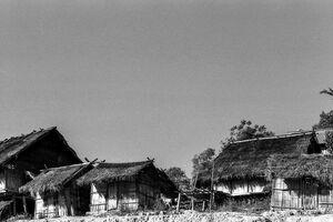 アカ族の村に建つ藁葺き屋根の家