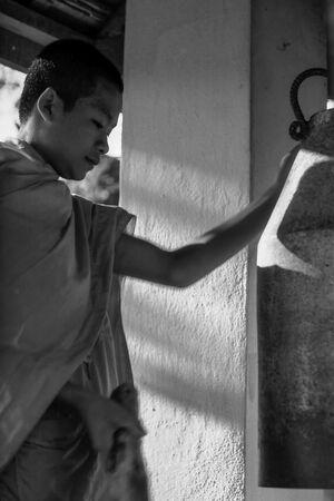 鐘を突く若い僧侶