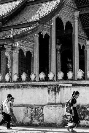 寺院の前を歩く小学生