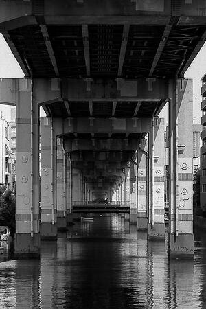 高速道路の下を流れる水路