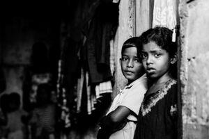 薄暗い路地に並んで立つ男の子と女の子