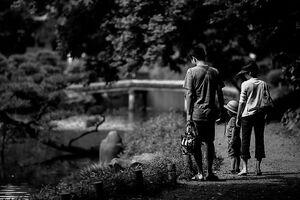 清澄庭園を歩いていた家族連れ