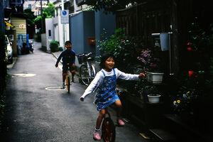 一輪車に乗った子どもたち