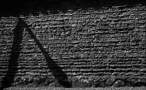 古い壁に落ちた街灯の影
