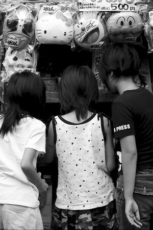 駄菓子屋にいた三人の女の子