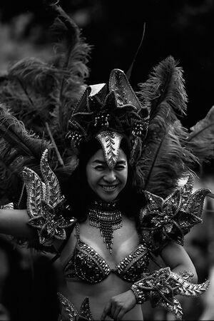 浅草サンバカーニバルでサンバを踊る女