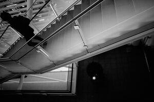階段を下りる人影