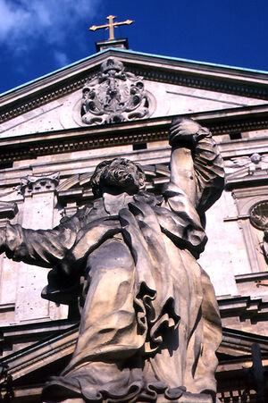 教会の前の像