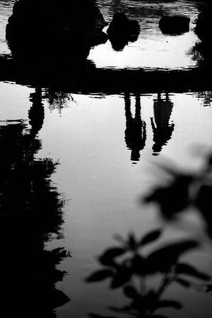 水面に映った人影