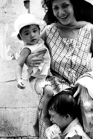 二人の子どもを連れて歩くお母さん