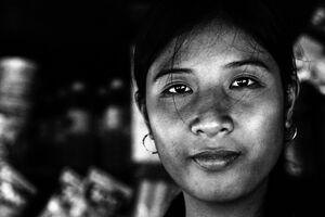キオスクで働く若い女性