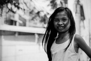 笑う長い髪の女の子
