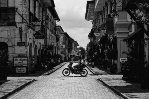 石畳の道を走るバイクのシルエット