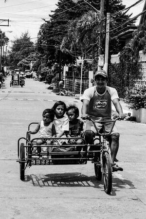 サイドカー付きの自転車に乗った家族