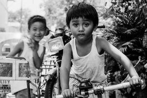 自転車の上で遊ぶ男の子