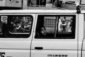 車窓の外を眺める女性