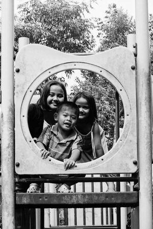 丸の中の三人の子ども