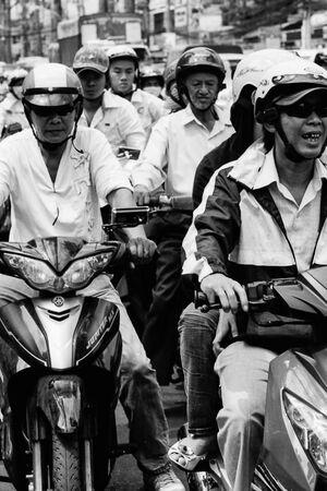 ホーチミンの道を走る大量のバイク