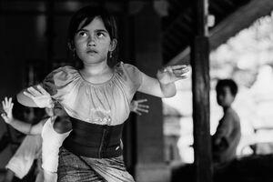 バリ舞踏の練習をする女の子