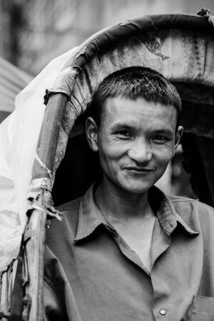 微笑んだサイクルリクシャーの車夫