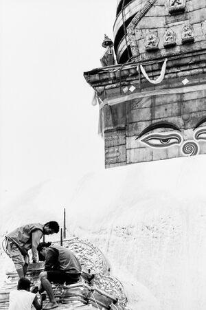仏陀の顔の前で仕事する男たち