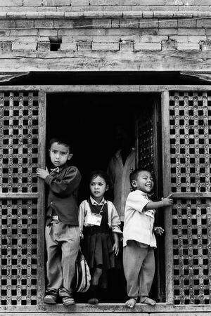 戸口に立ち止まった三人の小学生