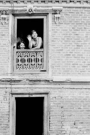 2階の窓辺にいた二人の女性