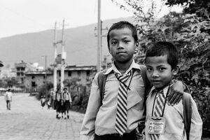 レジメンタル・タイを締めた男の子たち