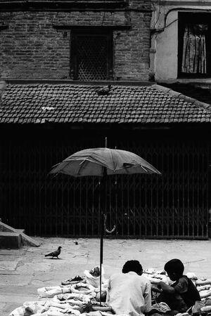 傘の下の露店