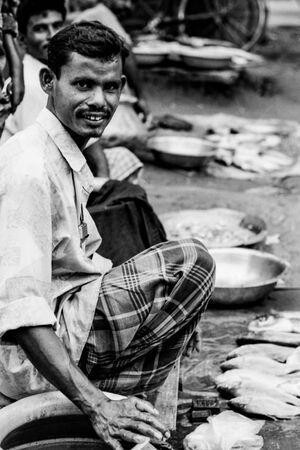 道端で商売する魚売り