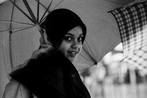 傘を指した女の子