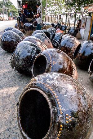 地面に並べられた壺