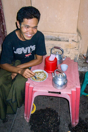 Man eating Mo Hin Gar