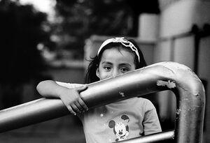 顔を隠した女の子
